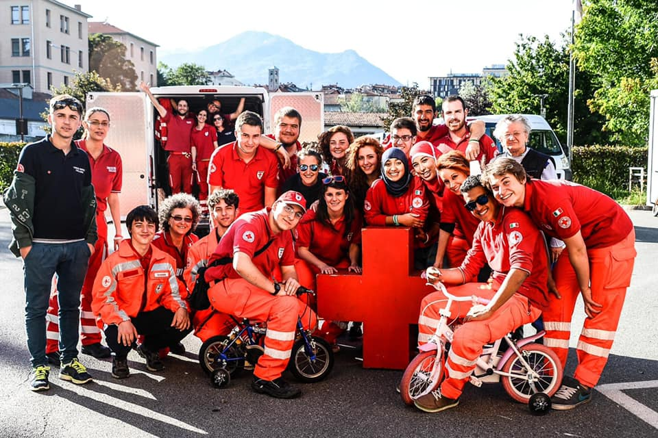 Oronzo abbraccia la Croce Rossa d'Ivrea